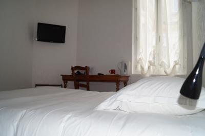 chambre double confort comprenant un sèche serviette et un service à thé et café à l'hôtel de Verdun à Nevers