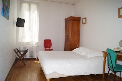 chambre triple confort avec un grand lit et un lit simple à l'hôtel de Verdun Nevers