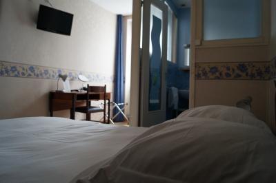 chambre classique avec baignoire donnant côté rue de Lourdes de l'hôtel de Verdun à Nevers