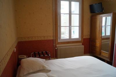 chambre classique de l'hôtel de Verdun à Nevers donnant sur une terrasse intérieure