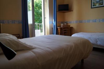 chambre triple classique au premier étage de l'hôtel de Verdun à Nevers avec balcon