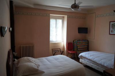 chambre triple au deuxième étage de l'hôtel de Verdun avec possibilité de rajout d'un lit supplémentaire