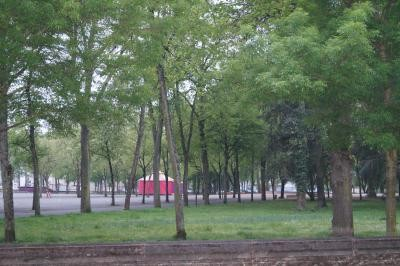 vue des chambres sur le parc Roger Salengro côté rue de Lourdes de l'hôtel de Verdun à Nevers
