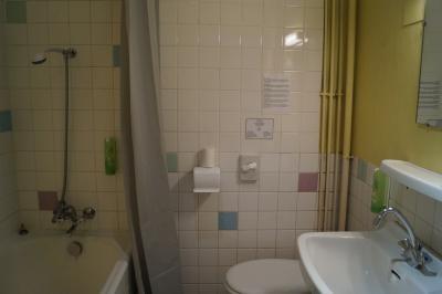 salle de bain des chambres triple classique à l'hôtel de Verdun à Nevers