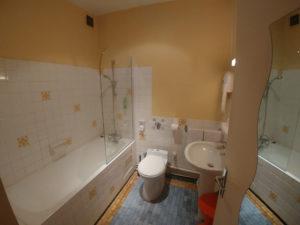 salle de bain chambre triple de l'hôtel de Verdun à Nevers