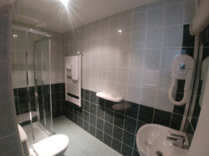 salle de douche d'une chambre du patio de l'hôtel de Verdun à Nevers