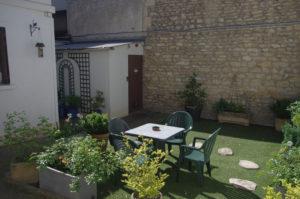 patio de l'hôtel de Verdun à Nevers avec les chambres confort autour